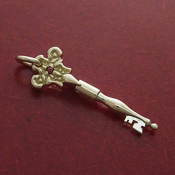 アンティークな秘密の鍵K18製のペンダントトップ斜め拡大赤バック: