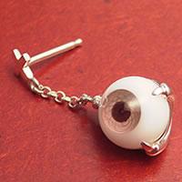眼のピアス